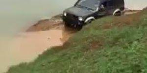 Amigo desafiou o outro a atravessar um lago com seu carro, veja o que aconteceu?