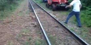 Aprendo a atravessar uma linha de trem com carro Off Road!