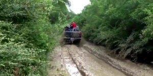 Atravessando a lama de caminhonete, você teria coragem de ir ali encima? kkk!