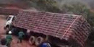 Caminhão cai na serra.