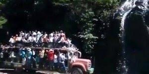 Caminhão com carga perigosa, veja quantas pessoas estão viajando nele!