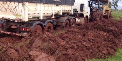 Caminhão é desatolado com a ajuda de 3 tratores, que peso ele deve estar hein!
