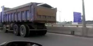 Caminhão é flagrado trafegando sem roda dianteira, será que pode?