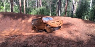 Carro 4x4 saindo de grande buraco de barro, sensacional!
