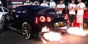 Carro soltando fogo pelo escapamento, para quem gosta é um ótimo video!