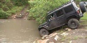 Carro subindo a cachoeira literalmente, que força é essa!