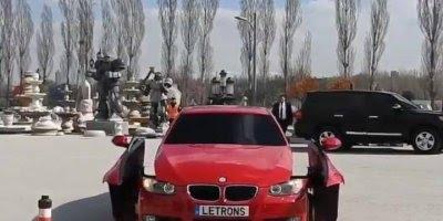 Carro transformando em um robô.
