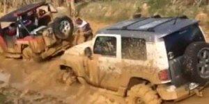 Desatolando um carro da lama, muito bom, que força que tem esse motor hein!