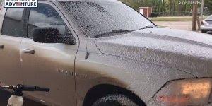 Espuma que lava carro sem esforço, da só uma olhada nesta transformação de cor!