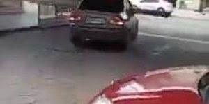 Homem coloca objeto grande e inusitado dentro do carro e sai batendo em tudo!