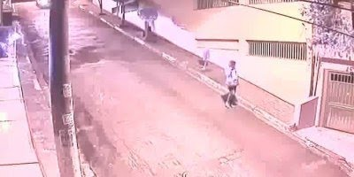 Homem fugindo da polícia desce ladeira de carro em uma velocidade inacreditável!