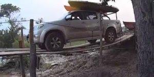Homem passando por uma ponte de madeira com caminhonete, veja o que aconteceu!