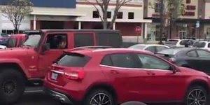 Lição para quem estaciona o carro de qualquer jeito em uma vaga!