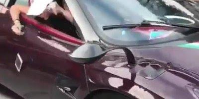 Mulher derruba celular de dentro do carro, e ele passa por cima hahaha!