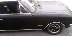 Mulher fazendo zerinho com carro antigo, essa gosta do perigo!