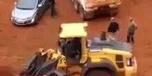 Não arrume briga com tratorista kkk, veja o que ele fez com o carro!