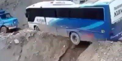 Ônibus quase cai em ribanceira, imagina o desespero do motorista!