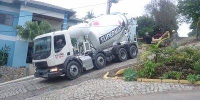 Pequeno trator puxa caminhão betoneira cheio de cimento!
