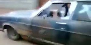 Que carro sinistro, veja quem esta dirigindo essa banheira!