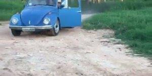Quem disse que fusca não é um carro espaçoso, cabê até um cavalo? Hahaha!