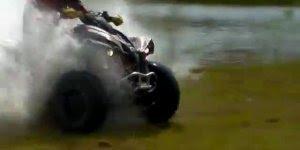 Andando com um quadriciclo por cima da água, que radical hein!