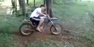 Andando de moto e balançando ao mesmo tempo, será que é possível?
