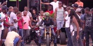 As coisas que esse homem faz em cima de uma moto são surpreendentes!