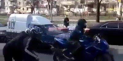 Dois caras brincando de mímica no semáforo, imitando um motoqueiro!