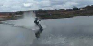 Homem atravessa o rio encima de uma moto, muito louco, confira!