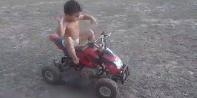 Menino faz muita poeira com sua motinha hahaha, veja que danado!