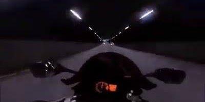 Moto passando por túnel gigante, parece video game mas é realidade!