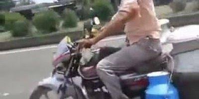 Motoqueiro leiteiro faz coisas inacreditáveis em sua moto hahaha!