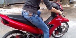 Mulher e moto, aprenda como pegar trauma de duas rodas kkk!!!