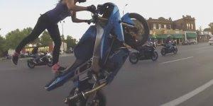 Mulher faz malabarismo encima de uma moto em movimento, confira!