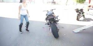 Mulher treinando pilotar moto, a pratica levou a perfeição!