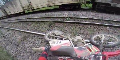 O perigo de andar de moto sobre linha férrea ativa, poderia ter sido fatal!