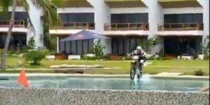 Para todos viciados em adrenalina de plantão, atravessando a piscina de moto!!