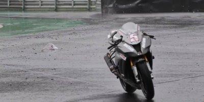 Piloto de moto cai e moto continua sozinha, ainda bem que não foi para pista!