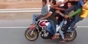 Quantas pessoas conseguem ficar em cima de uma moto? Se respondeu 2, errou!