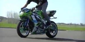 Show de equilíbrio em cima da moto, impressionante, confira!