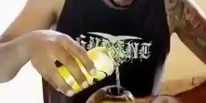 Quando eu penso que já vi de tudo aparece esse cara chapando o coco, kkk !!