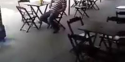 Trollando bêbado no bar, ele achou que estava em um tiroteio kkk!