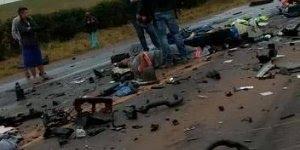 Acidente com dois caminhões cegonhas, destroços para todos os lados!