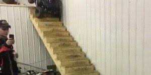 Acidente de carro na escada, o que será que passa na cabeça de algumas pessoas?