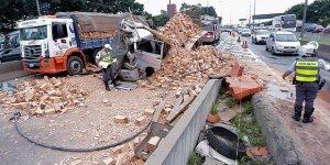 Acidentes com caminhões mais bizarros, compartilhe no Facebook!
