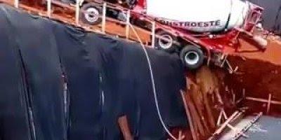 Caminhão betoneira despenca em obra, ele estava pesando 20 toneladas!