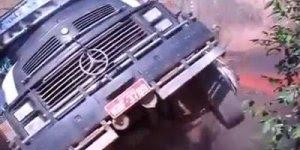 Caminhoneiro tenta atravessar ponte de madeira com seu caminhão mas se da mal!