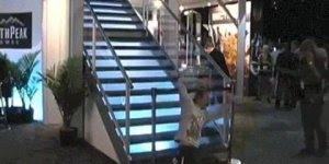 Como cair de uma escada com classe, não pague mico em público kkk!