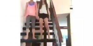 Dançando com a amiga na escada, ops... Tentando dançar hahaha!