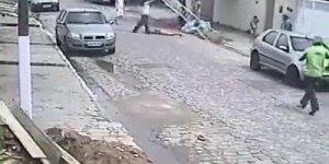 Escada cai na cabeça de mulher que esta passando na rua, coincidência ou azar?
